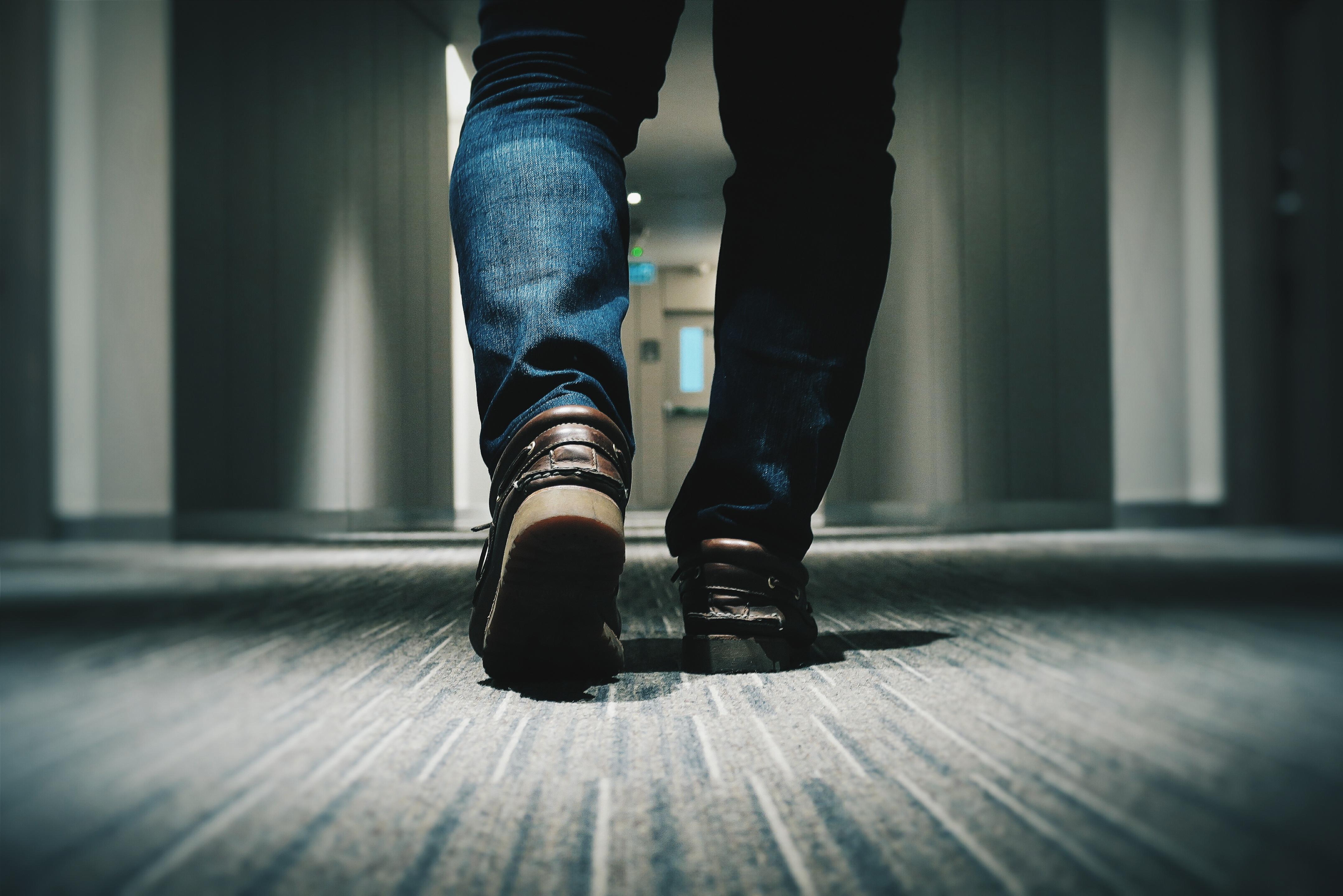 廊下を歩く
