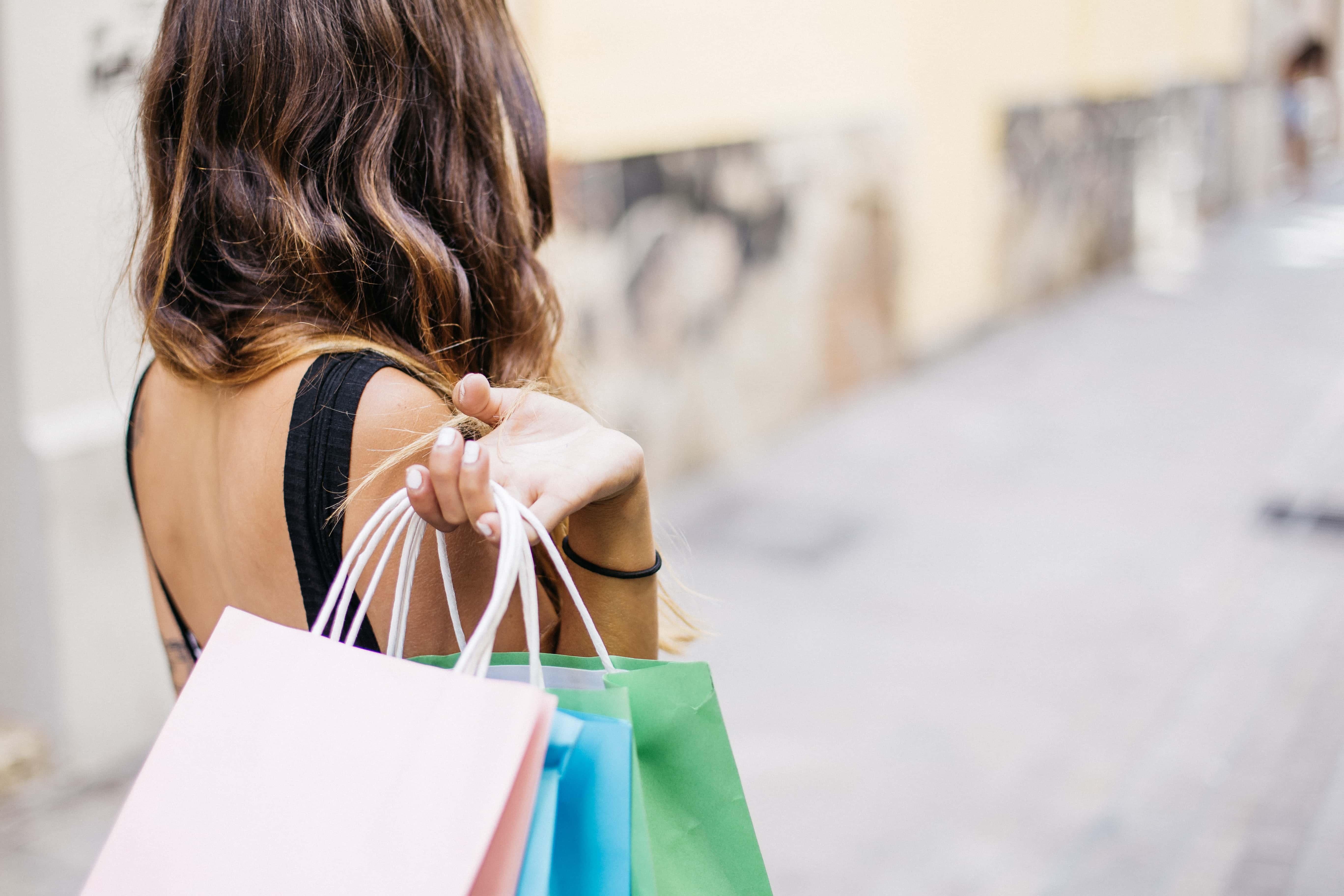 自分で選んだ商品を手にお店を後にする女性