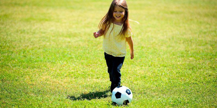 サッカーをする少女