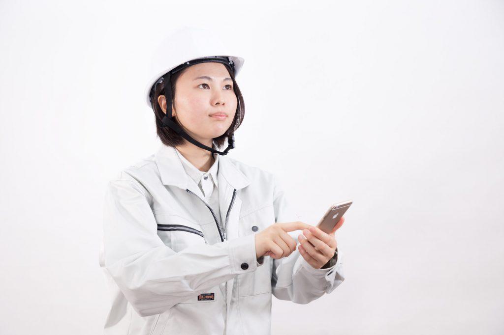 スマートフォンで状況をチェックする安全衛生担当